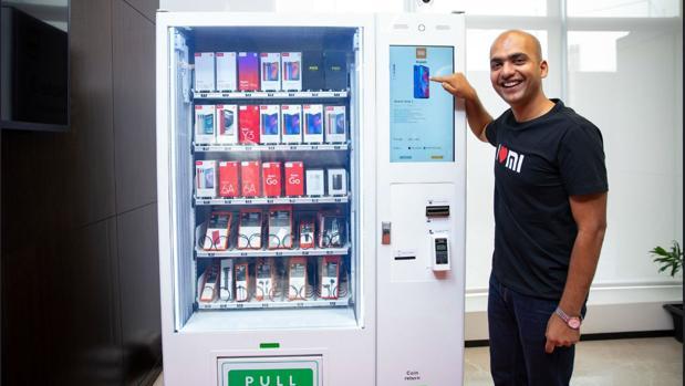 Ya puedes comprar un teléfono móvil en una máquina expendedora gracias a Xiaomi