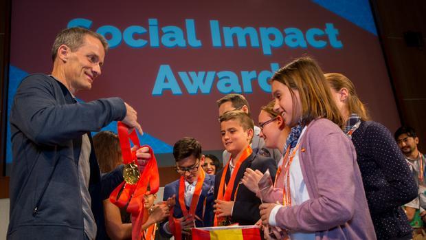 Jeff Dean, responsable de IA de Google, entrega al equipo español Pifive Team sus medallas