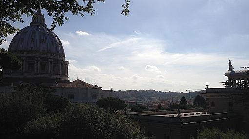 Vistas de la Catedral de San Pedro y de Roma desde los Jardines