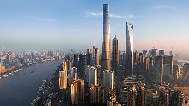La Torre Shanghai destaca en el skyline de la ciudad