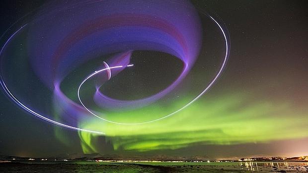 El alucinante vuelo entre auroras boreales de un piloto español de paramotor