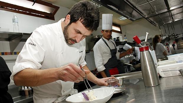Iván Cerdeño en la cocina de El Carmen de Montesión