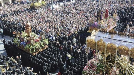 Momento del tradicional acto de El Encuentro en la Plaza Mayor de León, punto álgido de la Procesión de los Pasos