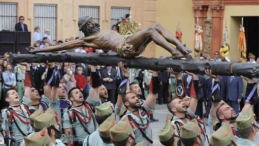 El Cristo de Mena o de la Buena Muerte, en manos de la Legión