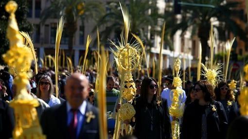 Miles de ilicitanos con las tradicionales palmas blancas arropan en Elche a la imagen de Jesús Triunfante en la multitudinaria procesión de Domingo de Ramos