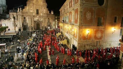 Procesión de la Archicofradía de la Preciosísima Sangre de Nuestro Señor Jesucristo; el cortejo en la plaza de Belluga