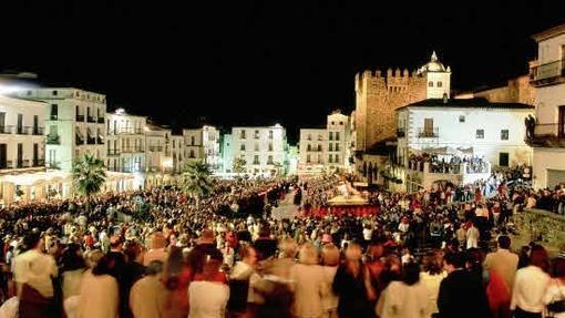 Plaza Mayor de Cáceres durante una procesión de Semana Santa