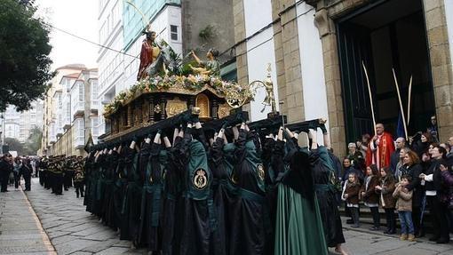 Los costaleros portan la talla de la Borriquita duraante la procesión que el Domingo de Ramos recorre las calles de Ferrol
