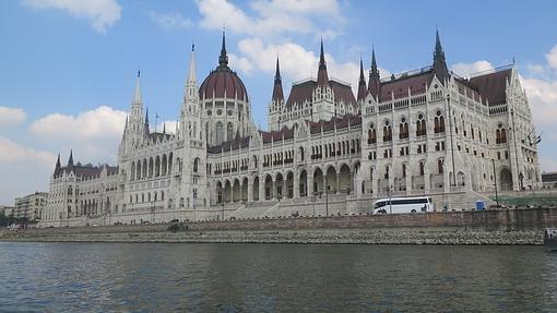 El Parlamento húngaro, junto al Danubio