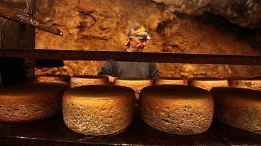 El productor de quesos de Cabrales, Aquilino Díaz, en la cueva de maduración del Teyéu