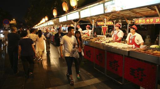 Numerosas personas visitan el antiguo mercado nocturno de Donghuamen