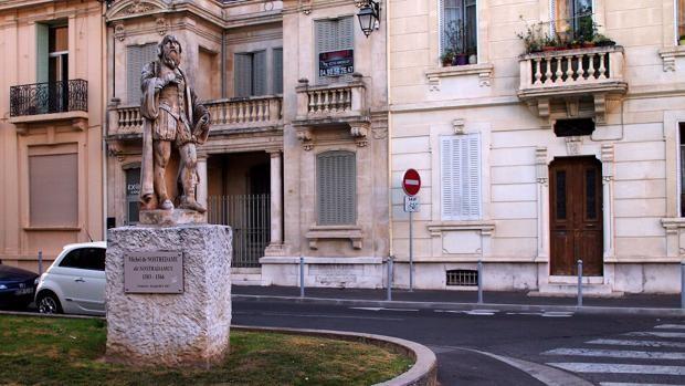 Una estatua de Nostradamus en Salon-de-Provence, donde murió el 2 de julio de 1566