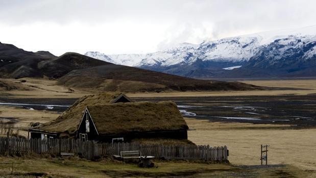 Paisaje de Islandia, con el glaciar Eyjafjallajoekull como telón de fondo