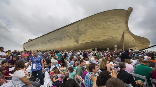 Cientos de personas se reunieron en el exterior del Arca de Noé, durante la inauguración
