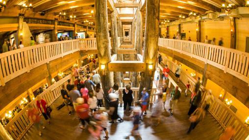 Visitantes recorren la recién inaugurada Ark Encounter,