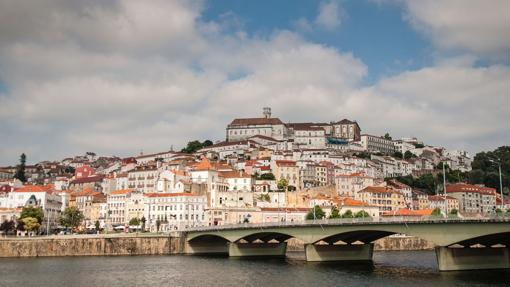 Panorámica desde el río Mondego de la ciudad de Coimbra