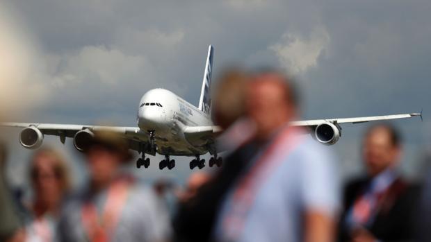 Un Airbus A380 entre la multitud del salón aeronático de Farnborough, celebrado en Inglatera
