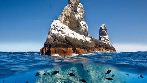 Vista de uno de los picos de la cordillera submarina emergiendo del mar
