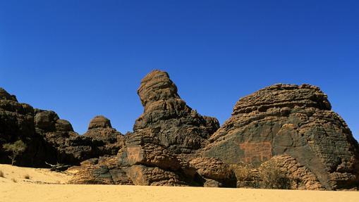 Dos grabados de ganado en las paredes de las rocas del macizo