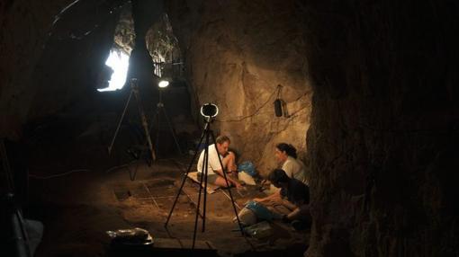 Personas trabajando en el itnerior de una de las cuevas