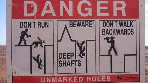 En la superficie hay señales para evitar caídas en los huecos no señalizados