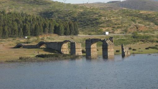Puente de Alconetar, durante una crecida de agua