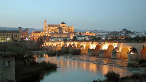Vista panorámica de Córdoba, tomada al atardecer, del Puente Romano sobre el río Guadalquivir y la Mezquita al fondo