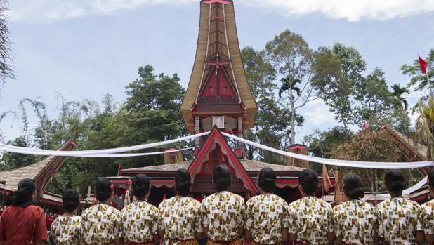 Vista del funeral de Lai Lamba Matandung, que fue enterrada cuatro años después de su muerte al ser embalsamada por la familia, que siguieron tratándola como si no hubiera fallecido