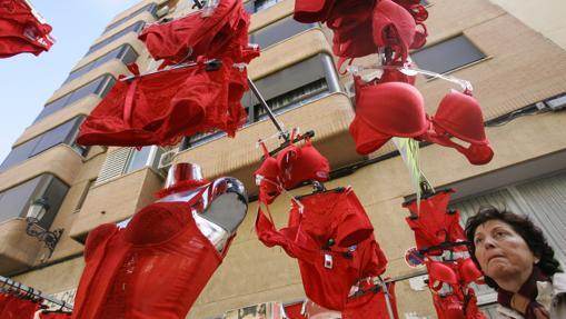 Doce formas muy curiosas de celebrar el fin de a o en el mundo for Ropa interior roja