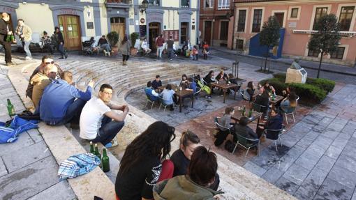 Jóvenes en la plaza de Arturo Arias, 'El Lavaderu', en Cimadevilla