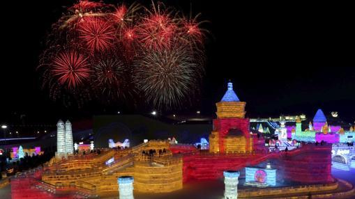 Fuegos artificiales estallan sobre as esculturas de hielo expuestas en la trigésimo tercera edición del Festival Internacional de Hielo y Nieve de Harbin