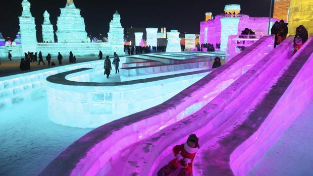Luces de colores iluminan las esculturas de hielo expuestas en la trigésimo tercera edición del Festival Internacional de Hielo y Nieve de Harbin (China)