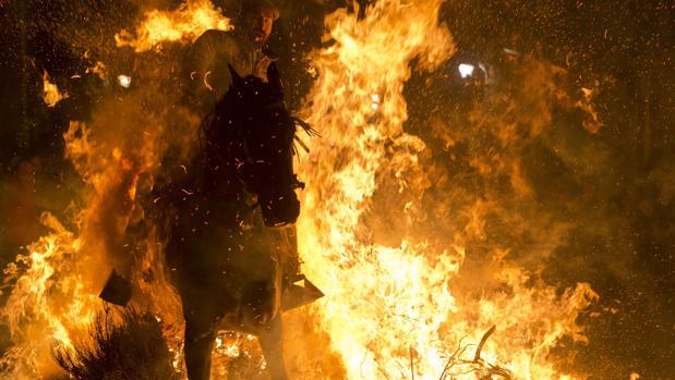 Resultado de imagen de Equinos saltan el fuego en Alosno por San Antonio Abad