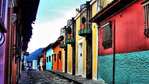 Una calle de La Candelaria, barrio colonial de Bogotá