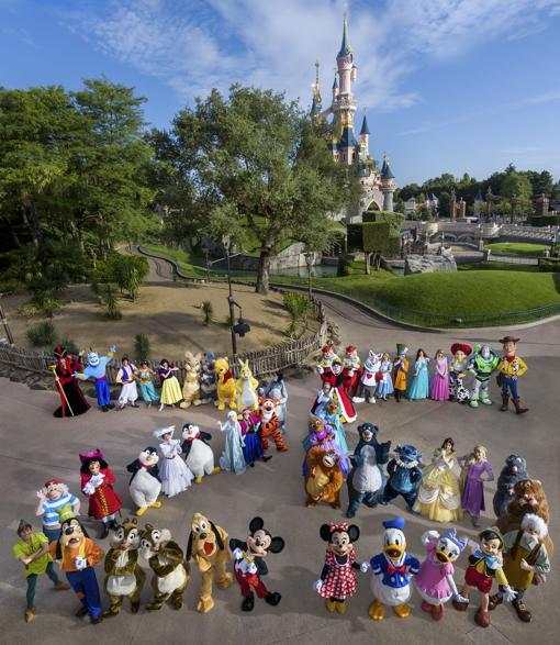 Los personajes de Disney forman un espectacular 25 en Disneyland París