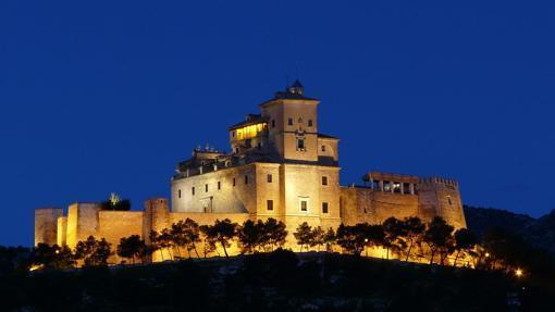 Imagen nocturna del Alcázar y la Basílica