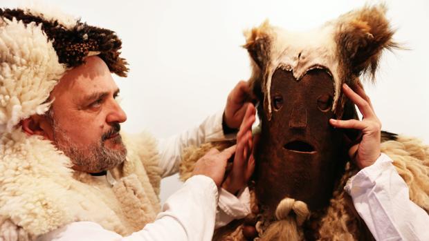Zafarrones en la localidad leonesa de Riello. En la imagen momento en que se visten en el ayuntamiento
