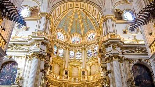 Nave central, capilla mayor y bóvedas de la catedral de Granada