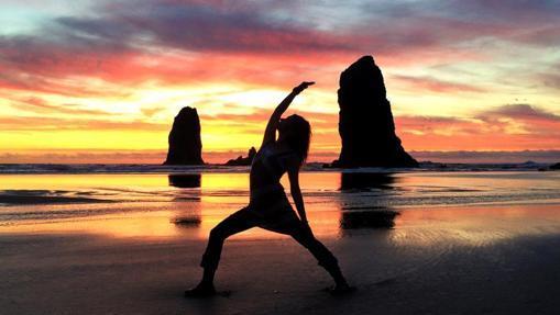 Día de yoga entre las típicas formaciones rocosas de Cannon Beach