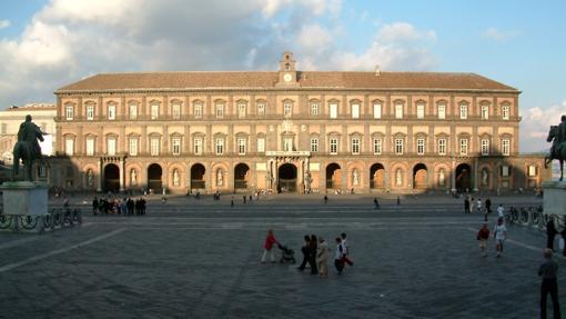 La fachada del Palacio Real de Nápoles desde la Plaza del Plebiscito
