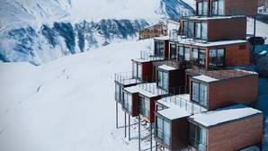 El extraordinario hotel de nieve construido con contenedores