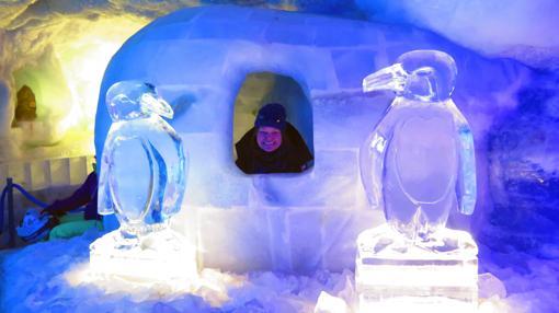 Figuras de hielo y un pequeño iglú en el interior de la cueva