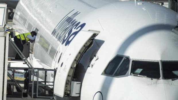 Un empleado se asoma a la ventanilla de un avión de Lufthansa en el aeropuerto de Múnich