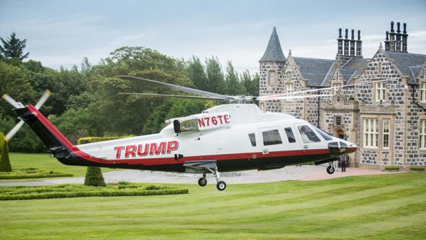 Un helicóptero de Donald Trump a las puertas del MacLeod House & Lodge, hotel de Donald Trump en su campo de Aberdeen