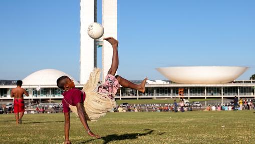 Indígenas brasileños juegan fútbol a las afueras del Congreso Nacional en mayo de 2014