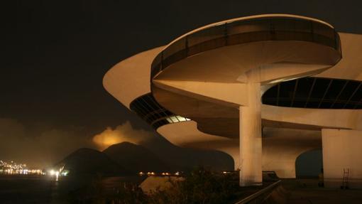 Vista nocturna del Museu de Arte Contemporânea de Niterói