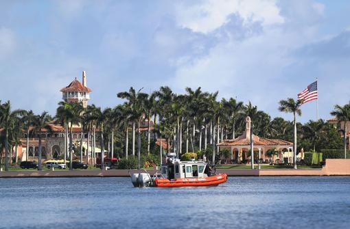 La Guardia Costera vigila el entorno de Mar-a-Lago, el club de Trump en Florida
