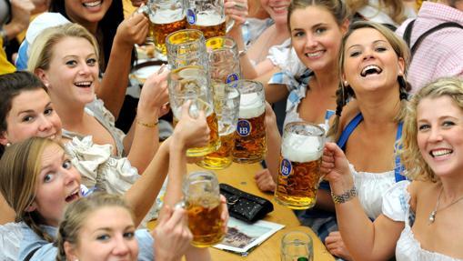Unas jóvenes posan con su cervezas durante la Oktoberfest, en Múnich