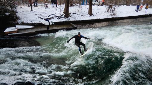 Surf en el río Isar, en el centro de Múnich