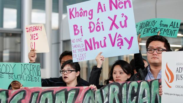 Protestas por el trato recibido por David Dao, quien fue expulsado por la fuerza de un vuelo de United Airlines por la Chicago Aviation Police en el Aeropuerto Internacional O'Hare de Chicago